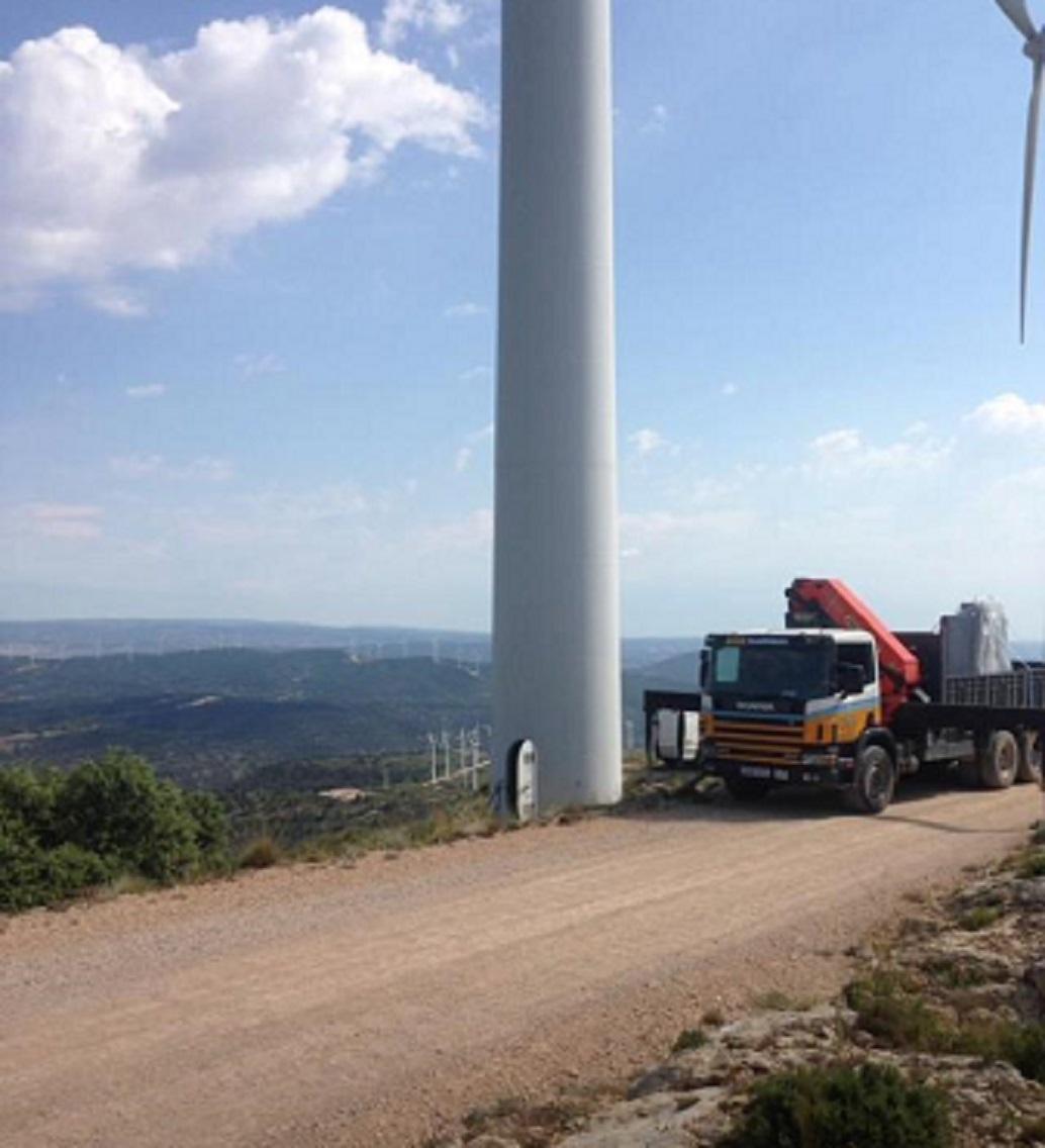 Camión-descargando-material-en-un-molino-vertical-SLIDER