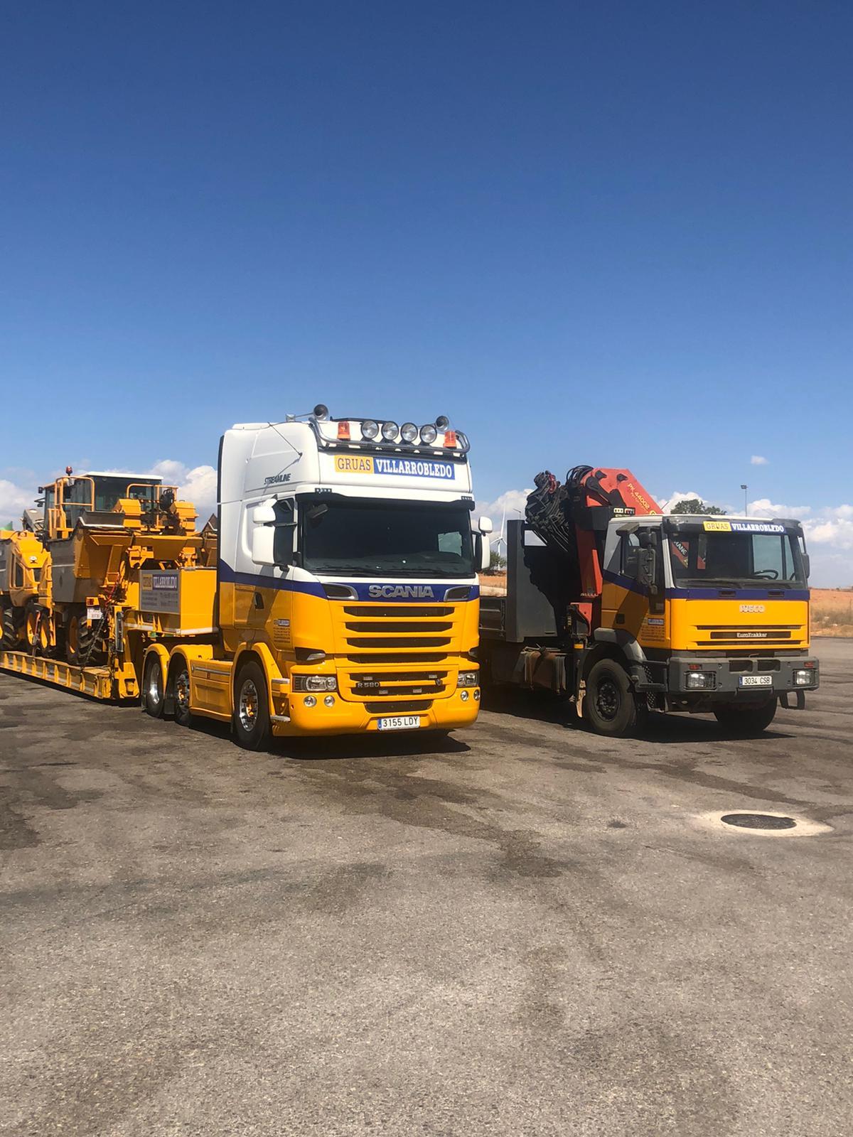 Dos-camiones-carretera-vertical