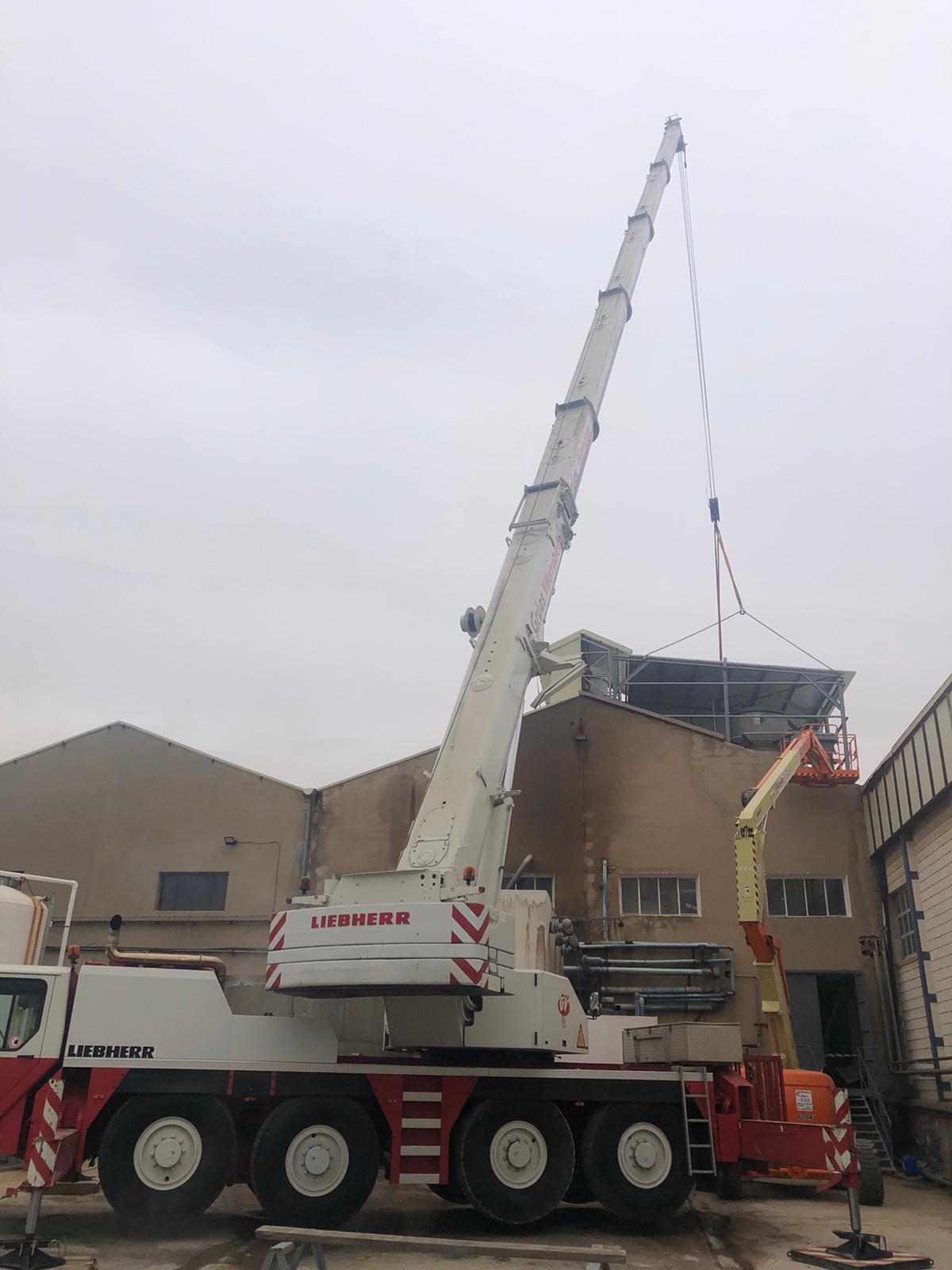 Grúa-trabajando-en-el-techo-de-una-nave-vertical