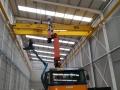 Camion-grua-2-trabajando-en-nave-vertical
