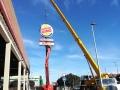 Grúa-trabajando-en-Burger-King-vertical
